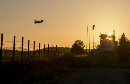 Obraz Západ slunce se starým letadlem