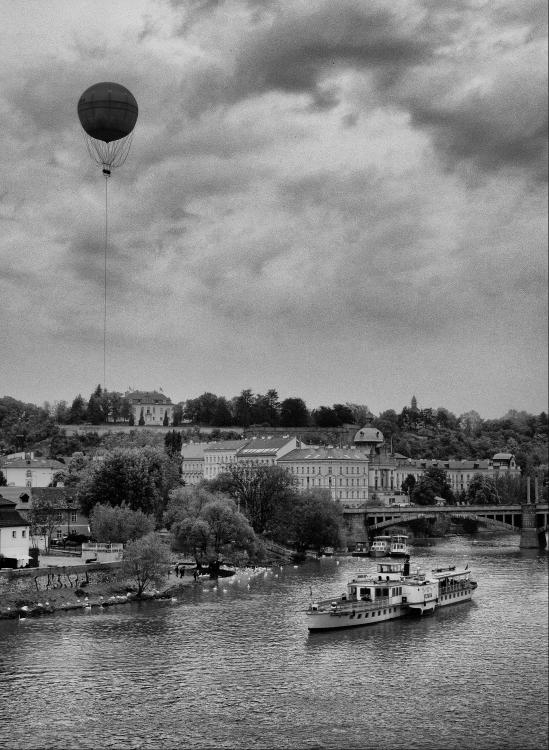 Obraz Balón nad řekou s lodí